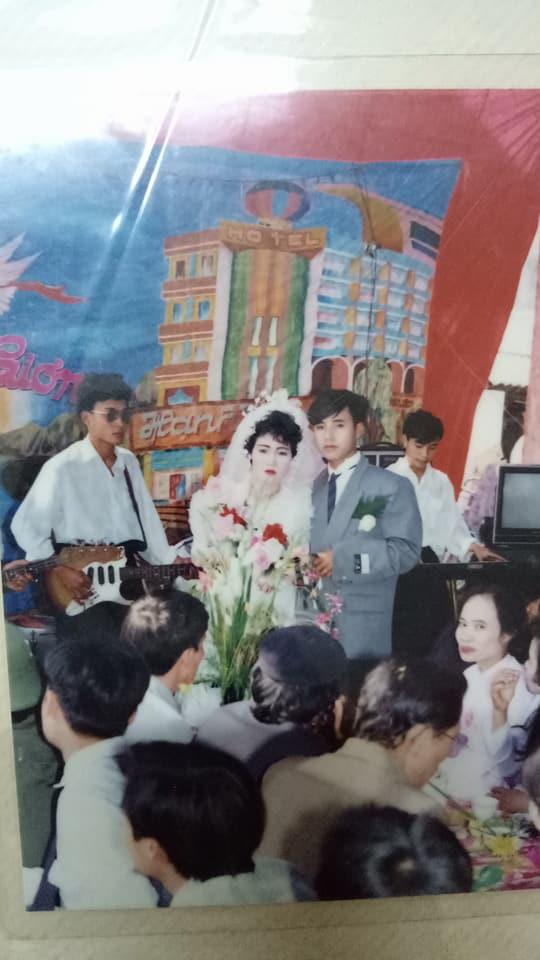 Đám cưới chất chơi thời bố mẹ anh thập niên 90: Pháo nổ râm ran, cả làng chạy theo cô dâu chú rể - Ảnh 8.