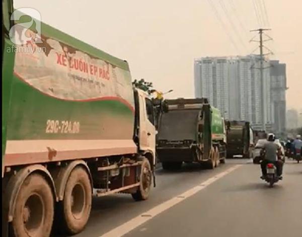 Hà Nội: 4 xe chở rác cỡ lớn nối đuôi nhau đi vào làn BRT gây ách tắc giao thông - Ảnh 2.