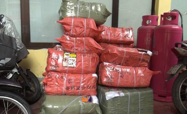 Hà Nội: Phát hiện, tạm giữ 1 tấn bao bì nghi làm giả của các hãng bột ngọt, bột canh nổi tiếng - Ảnh 1.