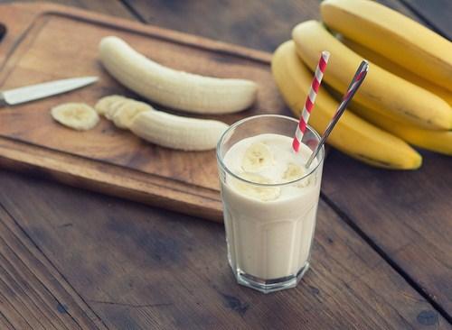Chuyên gia nói gì về chuyện ăn chuối kết hợp uống sữa - việc mà nhiều người vẫn làm mỗi sáng - Ảnh 2.