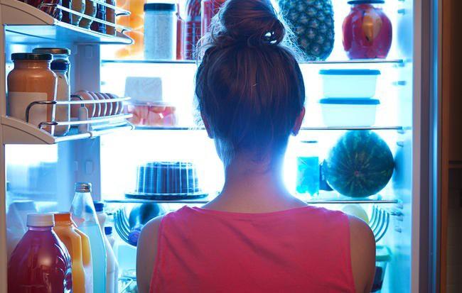 Không chỉ khiến vòng eo phình ra, ăn khuya có thể giết chết bạn: Đây là lý do tại sao - Ảnh 2.
