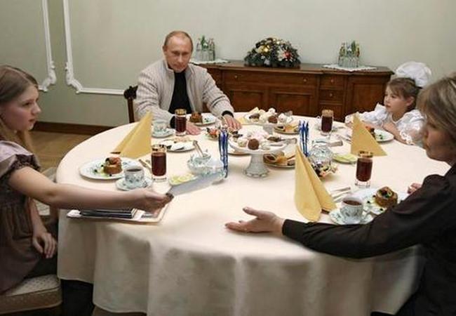 Hai cô con gái được giấu siêu kĩ của Tổng thống Nga Putin được bố mẹ nuôi dạy thế nào? - Ảnh 4.
