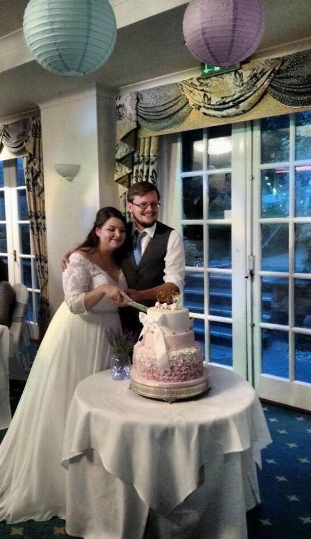 Bánh cưới bể tan tành ngay trước đám cưới, cô dâu, chú rể không biết phải làm gì thì một người xuất hiện - Ảnh 4.