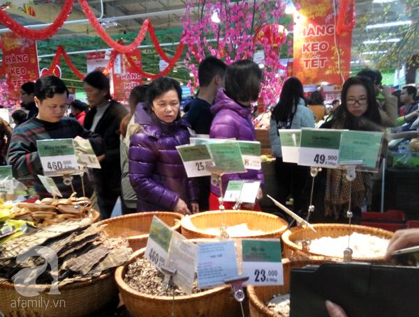 Hà Nội: Người dân chen lấn nghẹt thở khi mua sắm tại siêu thị - Ảnh 11.