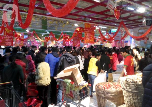 Hà Nội: Người dân chen lấn nghẹt thở khi mua sắm tại siêu thị - Ảnh 9.