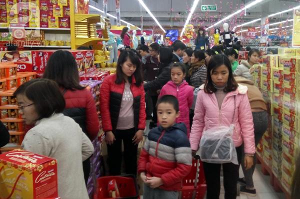 Hà Nội: Người dân chen lấn nghẹt thở khi mua sắm tại siêu thị - Ảnh 8.