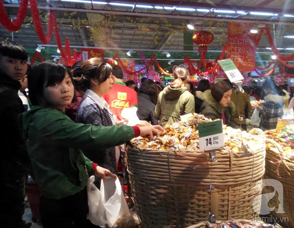 Hà Nội: Người dân chen lấn nghẹt thở khi mua sắm tại siêu thị - Ảnh 6.