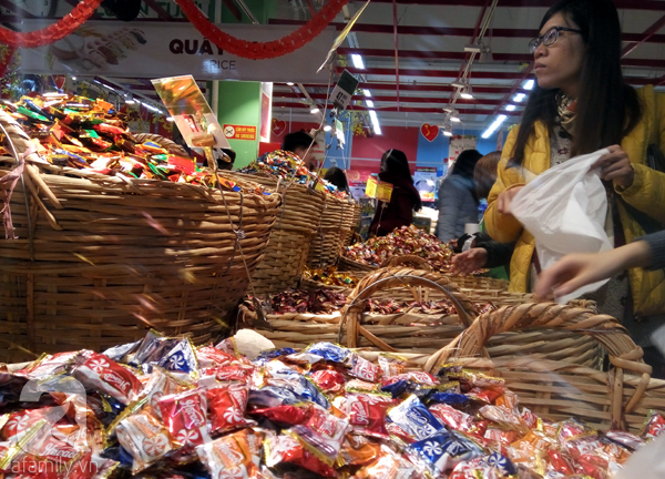 Hà Nội: Người dân chen lấn nghẹt thở khi mua sắm tại siêu thị - Ảnh 7.