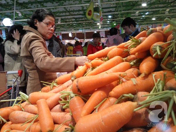 Hà Nội: Người dân chen lấn nghẹt thở khi mua sắm tại siêu thị - Ảnh 10.