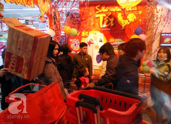 Hà Nội: Người dân chen lấn nghẹt thở khi mua sắm tại siêu thị - Ảnh 13.