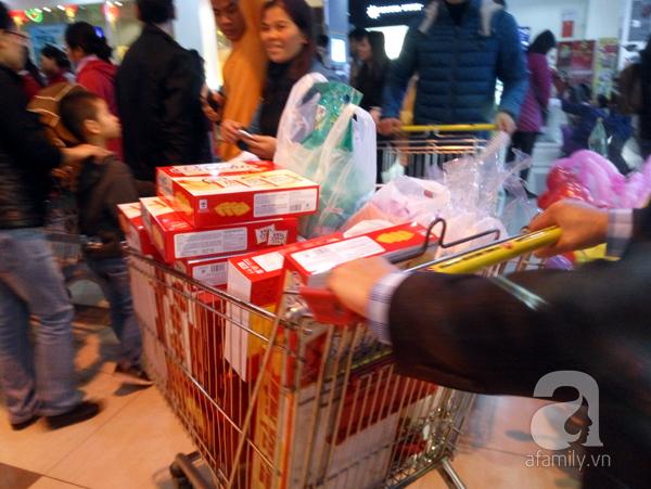 Hà Nội: Người dân chen lấn nghẹt thở khi mua sắm tại siêu thị - Ảnh 15.