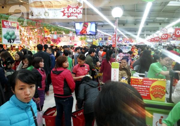 Hà Nội: Người dân chen lấn nghẹt thở khi mua sắm tại siêu thị - Ảnh 14.