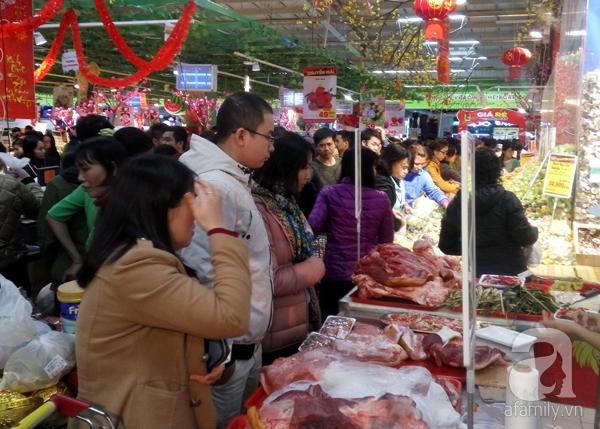Hà Nội: Người dân chen lấn nghẹt thở khi mua sắm tại siêu thị - Ảnh 12.