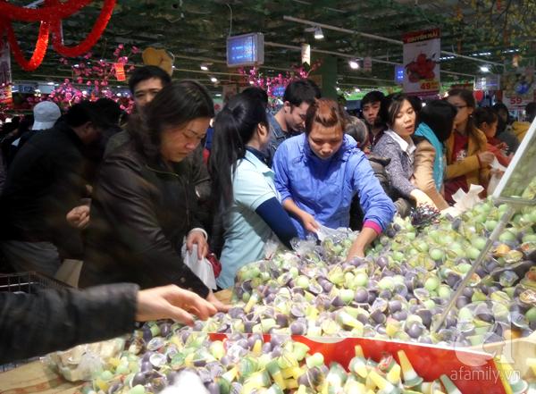Hà Nội: Người dân chen lấn nghẹt thở khi mua sắm tại siêu thị - Ảnh 5.