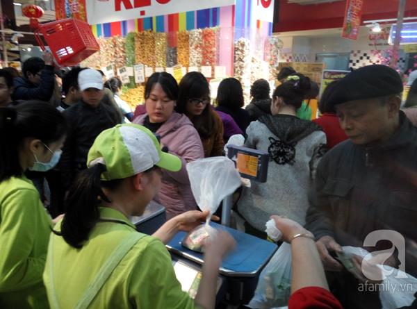 Hà Nội: Người dân chen lấn nghẹt thở khi mua sắm tại siêu thị - Ảnh 4.