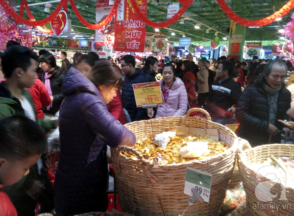 Hà Nội: Người dân chen lấn nghẹt thở khi mua sắm tại siêu thị - Ảnh 3.