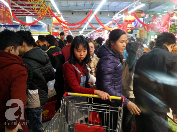 Hà Nội: Người dân chen lấn nghẹt thở khi mua sắm tại siêu thị - Ảnh 2.