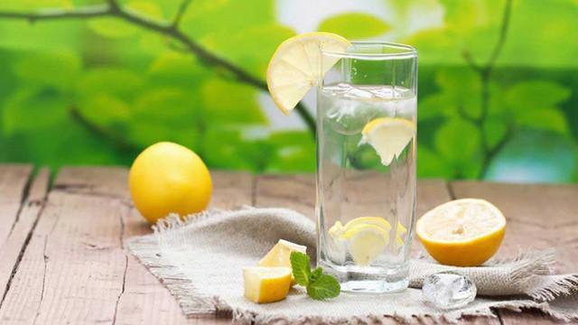 """Phát biểu của vị Tiến sĩ này khiến chúng ta """"ngã ngửa"""" về việc uống nước chanh ấm mỗi ngày để thải độc - Ảnh 2."""