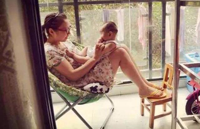 Bộ ảnh chân thực đến từng chi tiết phản ánh những góc khuất của nghề làm mẹ toàn thời gian - Ảnh 12.