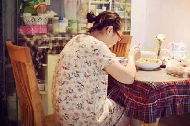 Bộ ảnh chân thực đến từng chi tiết phản ánh những góc khuất của nghề làm mẹ toàn thời gian - Ảnh 9.
