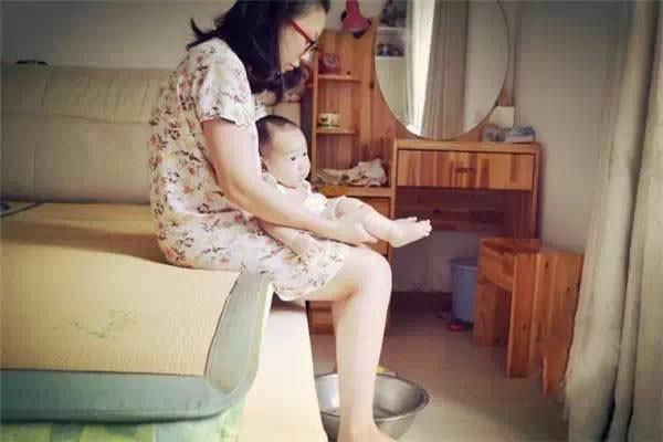 Bộ ảnh chân thực đến từng chi tiết phản ánh những góc khuất của nghề làm mẹ toàn thời gian - Ảnh 3.