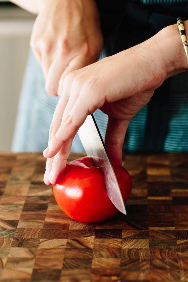 Nếu bạn vẫn loay hoay không biết nên bảo quản cà chua dùng dở dang thế nào thì đây là bí quyết - Ảnh 1.