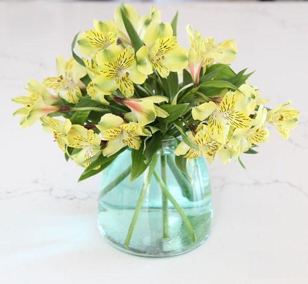 3 cách cắm hoa với sắc vàng đón hè rực nắng - Ảnh 7.