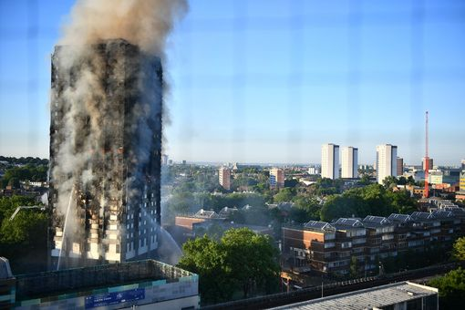 Hình ảnh tòa nhà 27 tầng trơ trụi, đen thui sau khi ngọn lửa được kiểm soát - Ảnh 2.