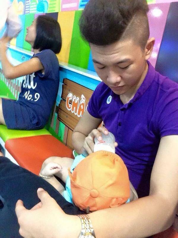 Người ta cười ông bố trẻ mặc áo ren màu nõn chuối ra chợ, nhưng sẽ khóc khi biết lý do - Ảnh 4.