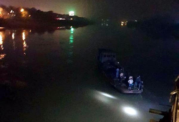 Yên Bái: Ô tô con rơi xuống sông Hồng, 2 cán bộ thuộc Bệnh viện Đa khoa Yên Bái tử vong trong đêm - Ảnh 1.