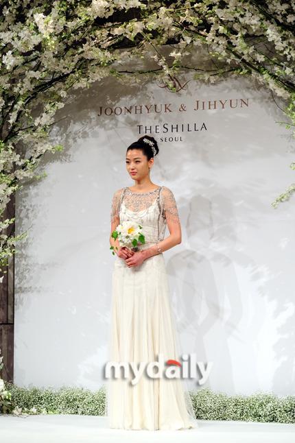 Đám cưới sao nữ hàng đầu Hàn Quốc, người rót tiền tỷ người chọn giản dị đơn sơ - Ảnh 5.