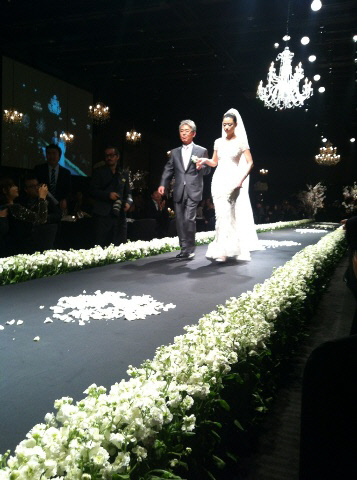 Đám cưới sao nữ hàng đầu Hàn Quốc, người rót tiền tỷ người chọn giản dị đơn sơ - Ảnh 7.