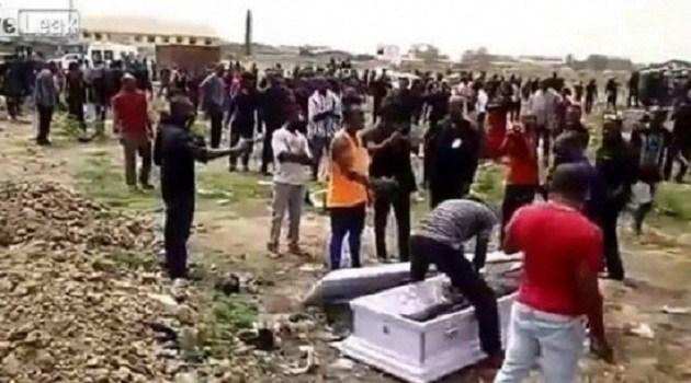 Nhóm người xông vào tang lễ bật nắp quan tài, cướp xác chết vì lý do không ai có thể ngờ - Ảnh 4.
