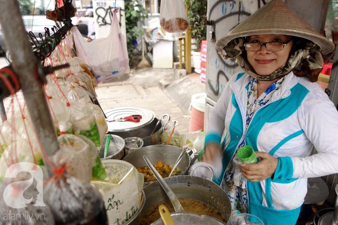 Chiều mát rượi đi ăn chè 22 món, nghe cô Lộc kể chuyện hơn 40 năm giữ xe chè chỉ để... trả ơn Sài Gòn - Ảnh 4.