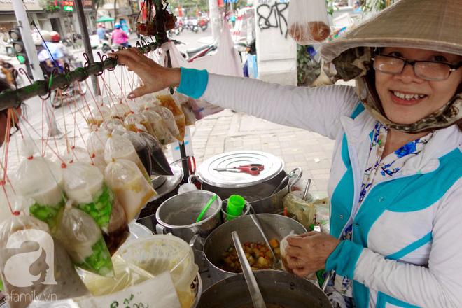 Chiều mát rượi đi ăn chè 22 món, nghe cô Lộc kể chuyện hơn 40 năm giữ xe chè chỉ để... trả ơn Sài Gòn - Ảnh 2.