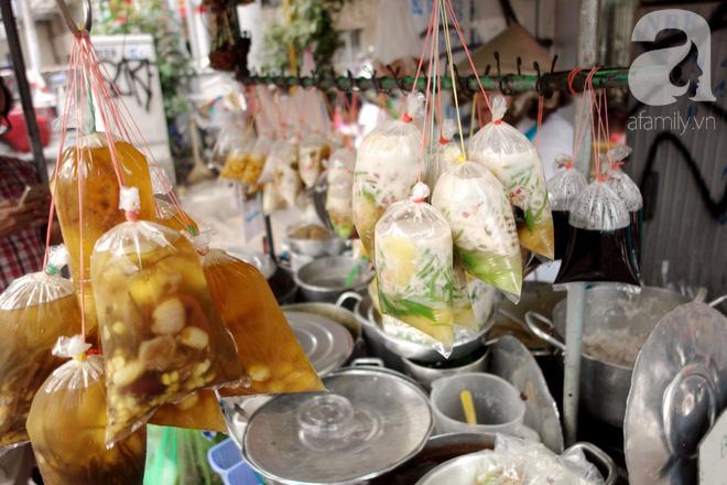 Chiều mát rượi đi ăn chè 22 món, nghe cô Lộc kể chuyện hơn 40 năm giữ xe chè chỉ để... trả ơn Sài Gòn - Ảnh 8.