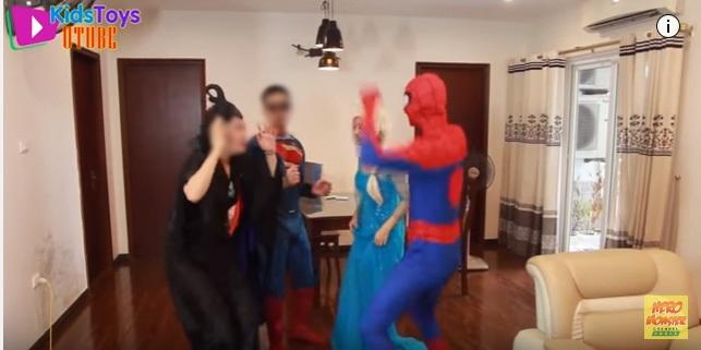 Phụ huynh tá hỏa khi con xem hoạt hình người lớn: Spiderman, công chúa Elsa hở hang, yêu đương nhố nhăng, phản cảm - Ảnh 2.
