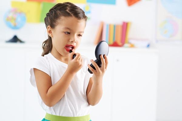 Vô tư làm đẹp cho con mà bố mẹ không biết đang đẩy con đến nguy cơ dậy thì sớm - Ảnh 2.
