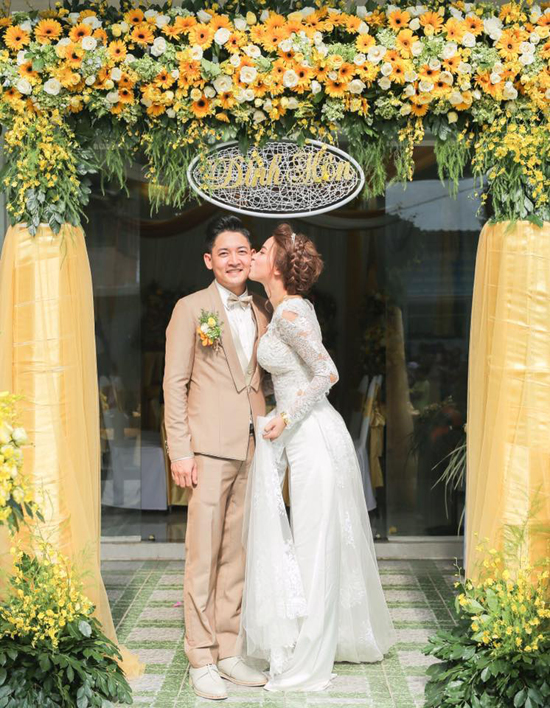 Hải Băng khoe ảnh hôn chồng trong lễ đính hôn nhân kỷ niệm 1 năm bên nhau - Ảnh 1.
