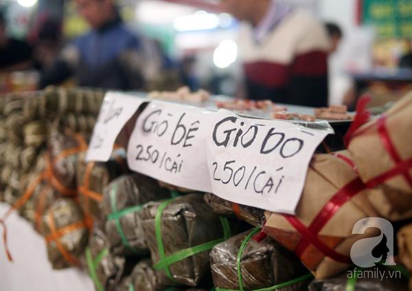 Tranh thủ trời nắng ráo, người Hà Nội đổ đến hội chợ Xuân mua đồ Tết - Ảnh 10.