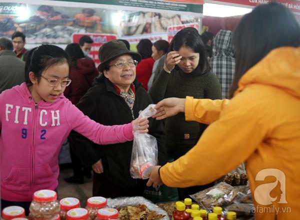 Tranh thủ trời nắng ráo, người Hà Nội đổ đến hội chợ Xuân mua đồ Tết - Ảnh 15.