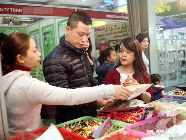 Tranh thủ trời nắng ráo, người Hà Nội đổ đến hội chợ Xuân mua đồ Tết - Ảnh 14.