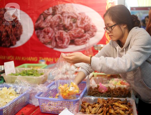 Tranh thủ trời nắng ráo, người Hà Nội đổ đến hội chợ Xuân mua đồ Tết - Ảnh 12.