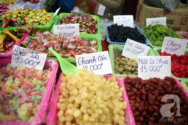 Tranh thủ trời nắng ráo, người Hà Nội đổ đến hội chợ Xuân mua đồ Tết - Ảnh 13.