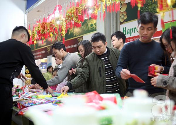 Tranh thủ trời nắng ráo, người Hà Nội đổ đến hội chợ Xuân mua đồ Tết - Ảnh 11.