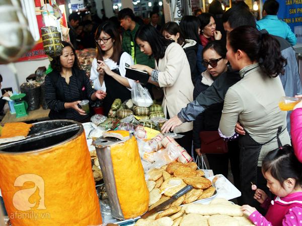 Tranh thủ trời nắng ráo, người Hà Nội đổ đến hội chợ Xuân mua đồ Tết - Ảnh 9.
