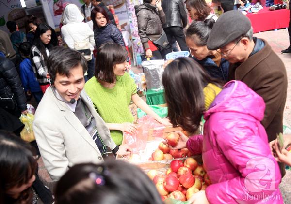 Tranh thủ trời nắng ráo, người Hà Nội đổ đến hội chợ Xuân mua đồ Tết - Ảnh 8.