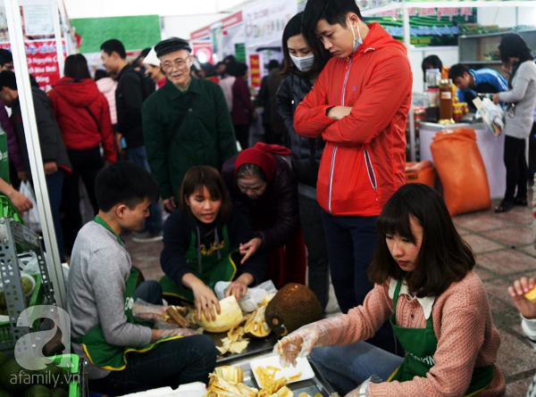 Tranh thủ trời nắng ráo, người Hà Nội đổ đến hội chợ Xuân mua đồ Tết - Ảnh 7.