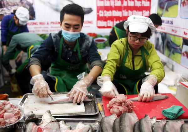 Tranh thủ trời nắng ráo, người Hà Nội đổ đến hội chợ Xuân mua đồ Tết - Ảnh 6.