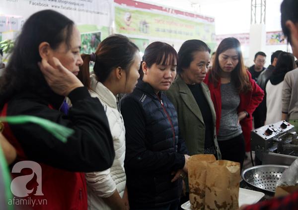 Tranh thủ trời nắng ráo, người Hà Nội đổ đến hội chợ Xuân mua đồ Tết - Ảnh 5.